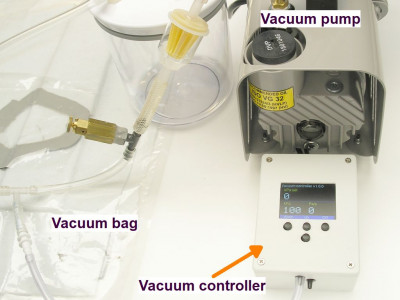 Electronic vacuum controller / leakage detector for vacuum infusion and bagging